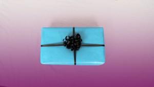Un emballage cadeau classique avec bolduc