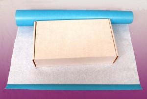 Plier le bord du papier cadeau