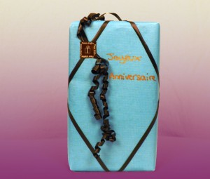 Un emballage cadeau personnalisé avec étiquette et bolduc