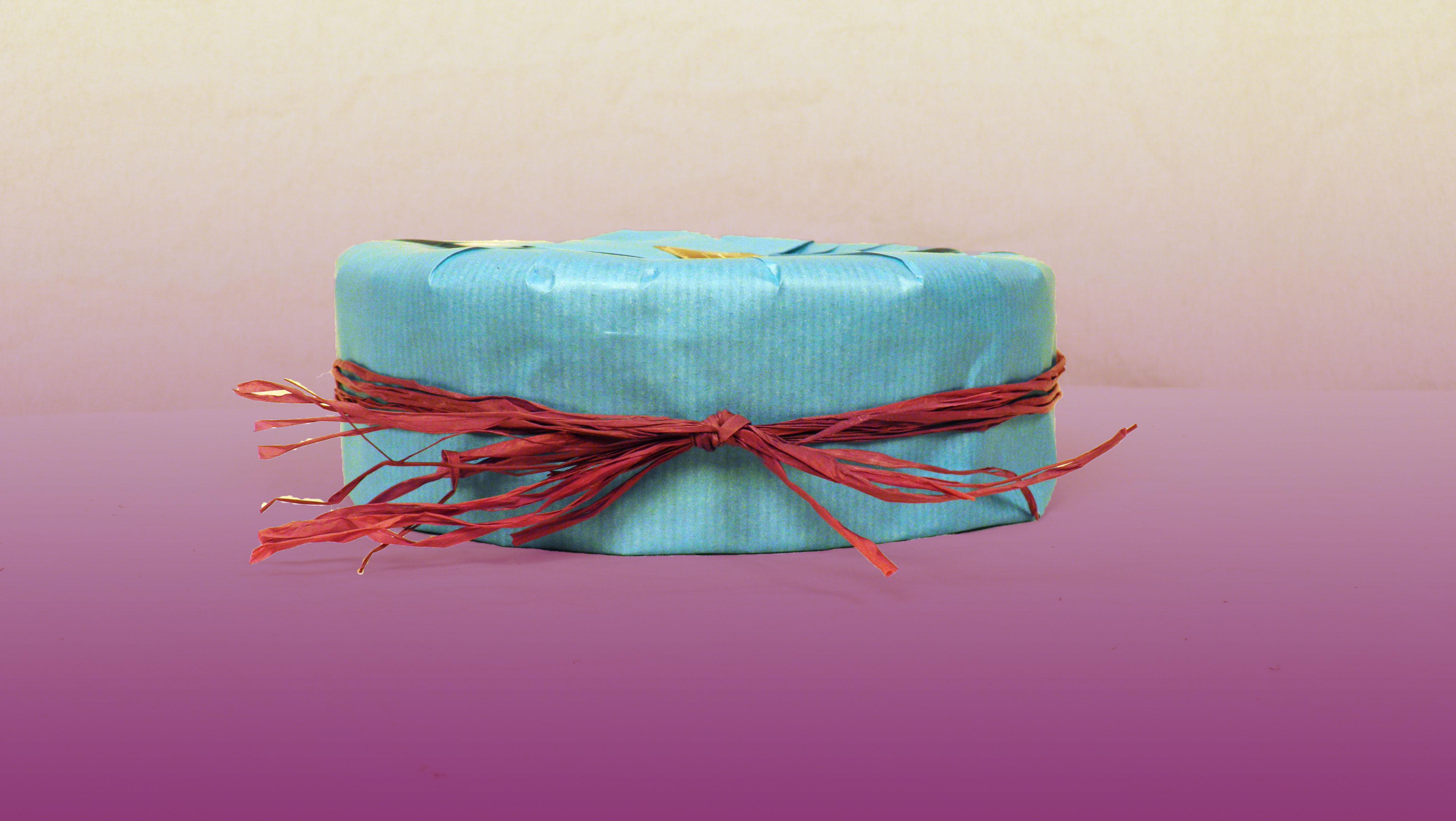 Comment faire un paquet cadeau pour une boite ronde - Comment emballer un cadeau rond ...