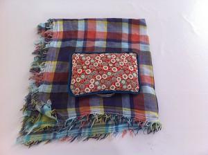 Emballer un coussin avec du tissu !
