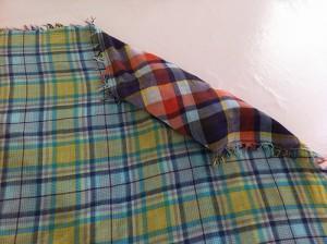 Etape 3 : enrouler totalement le coussin dans le tissu.